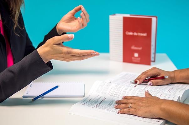 Le service Audit de 2SE Conseils repose sur une écoute des besoins et le respoect de la législation. Deux personnes autour d'un bureau etudient les textes officiels