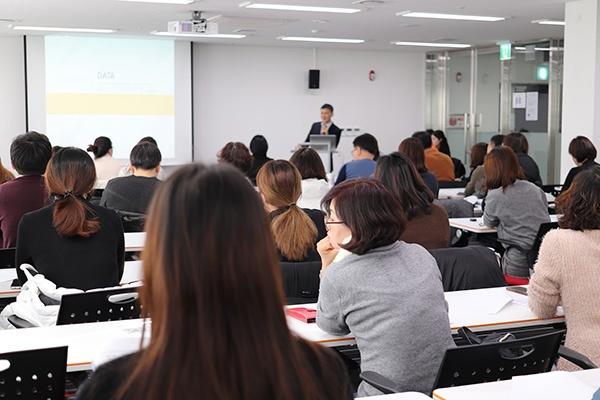Cette photo illustre la formation à la prévention des risques 2SE Conseils; Des personnes sont à l'écoute .