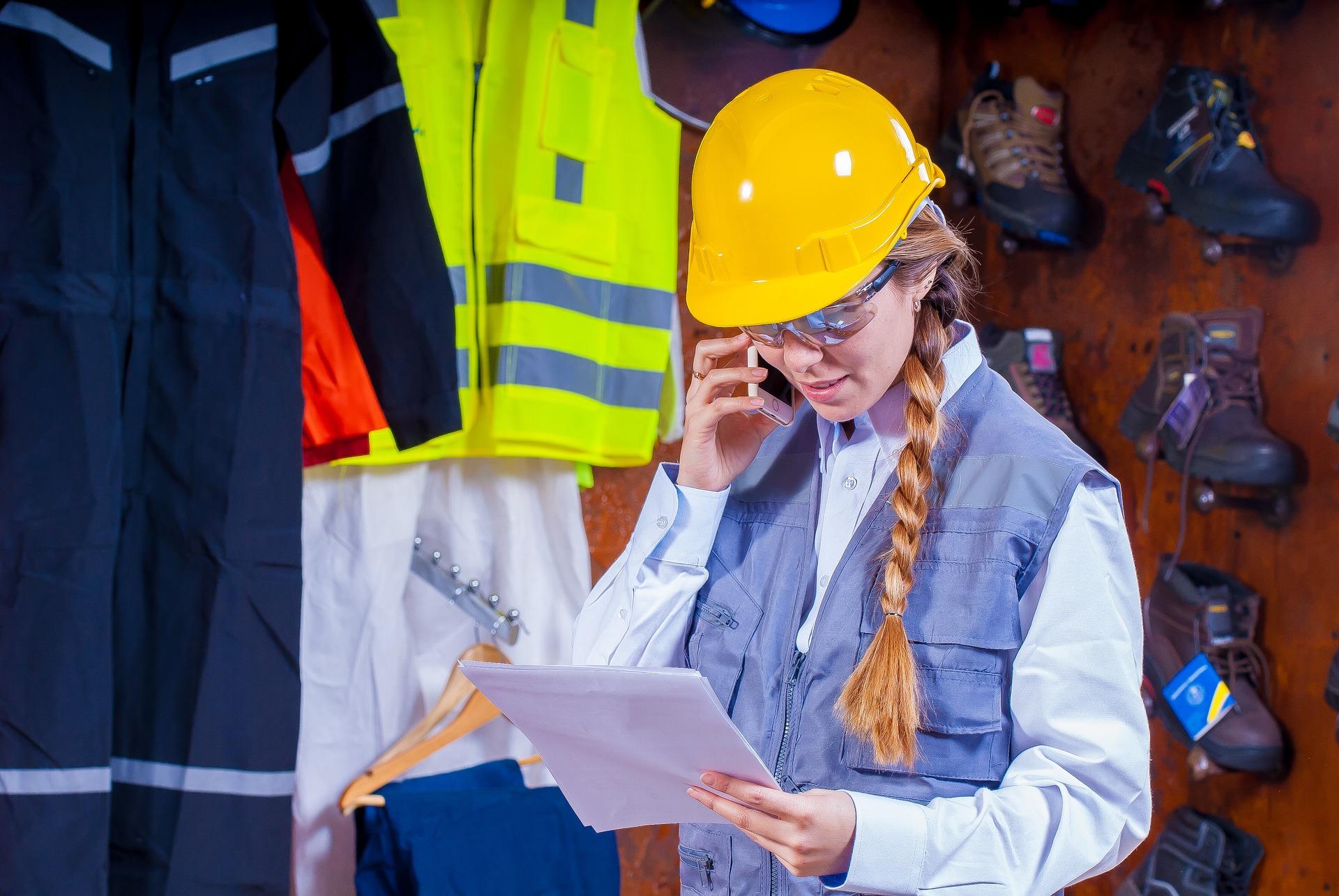 La prévention en situation :photo d'une jeune femme qui réalise un diagnostic préable pour la prévention des risques et pour la sécurité