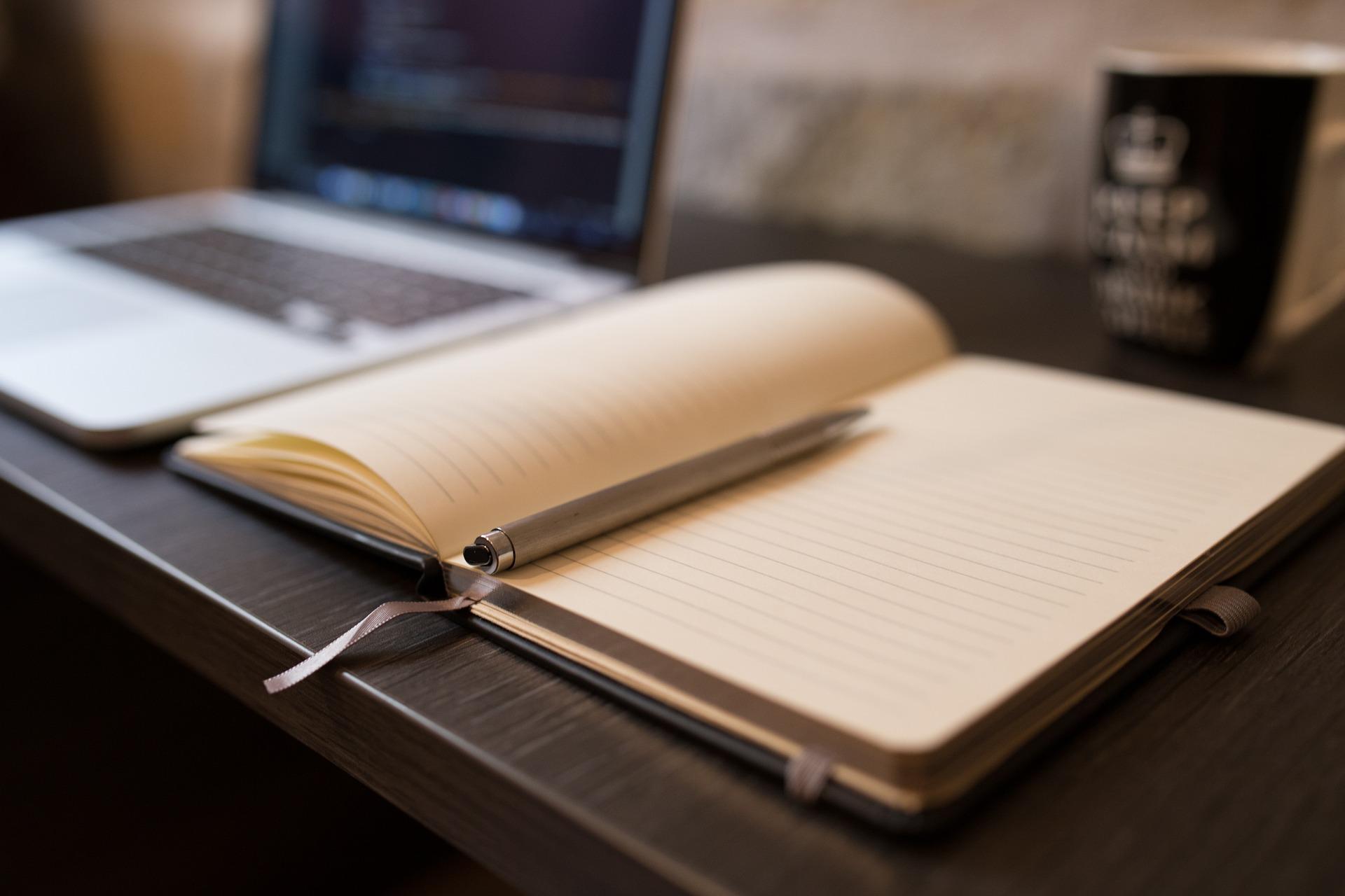 contacter Alrick , un bureau avec un bloc note prêt à étudier une problématique